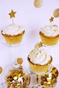 Vanille-Cupcakes mit Himbeerfüllung und Prosecco-Topping von den [Foodistas]