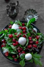 Leckerer Flower Sprout Salat mit Granatapfel und Blaubeer-Creme-Essig