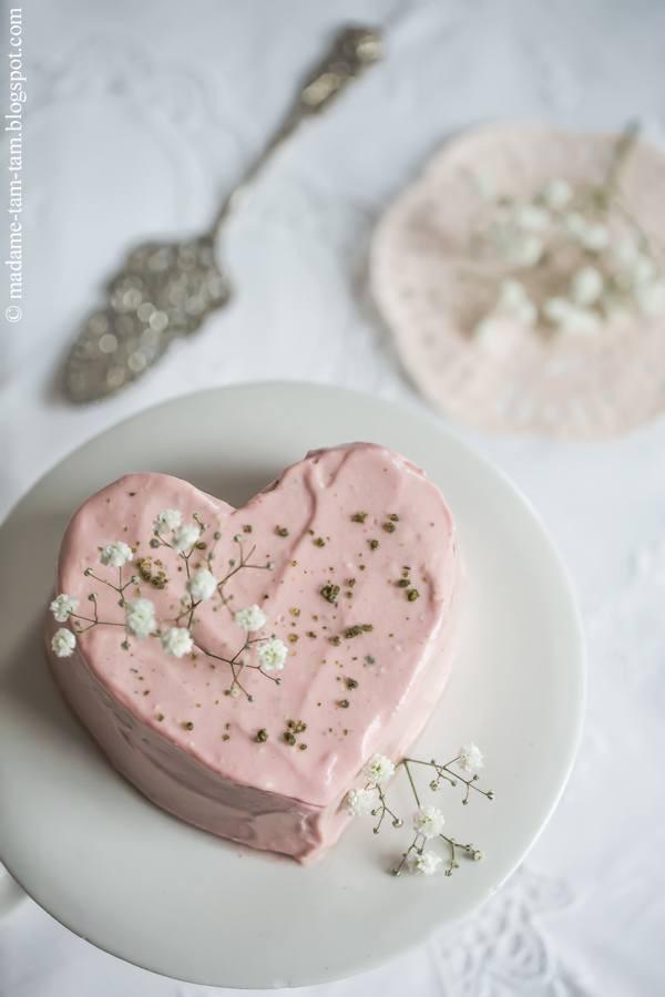 Ein Erdbeer-Creme-Herzkuchen mit Basilikumkrokant ... schmeckt nicht nur zum Muttertag richtig lecker!