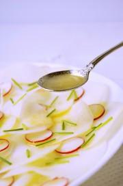 Kohlrabi-Carpaccio dazu ein luftig leichtes Honig-Senf Dressing von den [Foodistas]