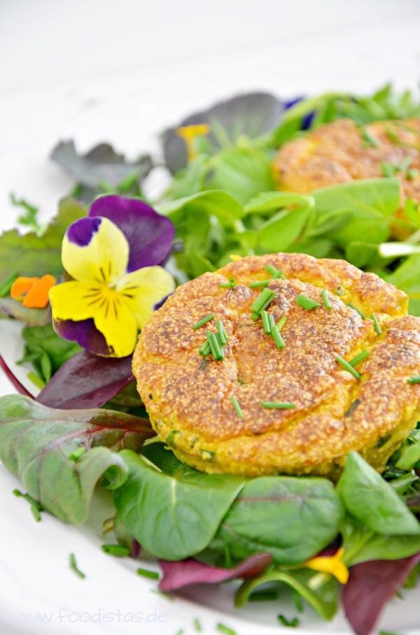 Möhren Küchlein auf Wildkräutersalat von den [Foodistas]
