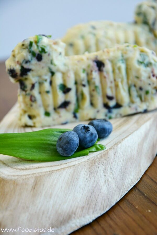 Bärlauch-Butter mit getrockneten Blaubeeren von den [Foodistas]