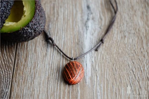 DIY: Kettenanhänger aus Avocado-Kern
