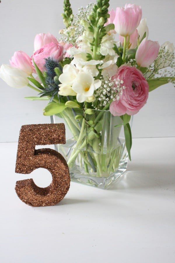 DIY Tischnummern aus Pappzahlen