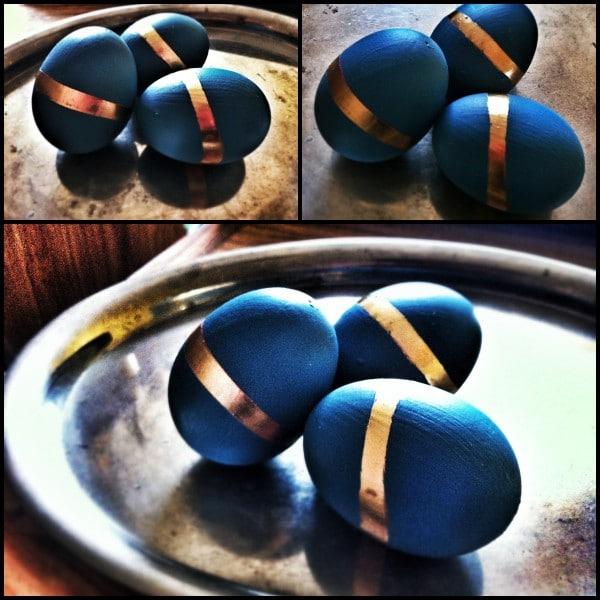 Eier in Türkis – mit Streifen in Gold und Glitzer.
