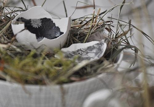 Inwendige Eier im Osternest. Ostertischdeko.
