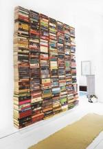 schwebende Bücherwand