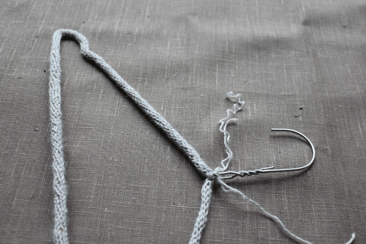 Upcycling Draht-Kleiderbügel mit Strickliesel-Schnüren - HANDMADE Kultur