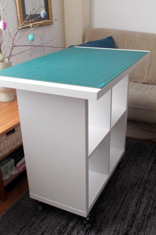Ikea hack diy stoff zuschneide tisch ganz einfach for Ikea wanddeko