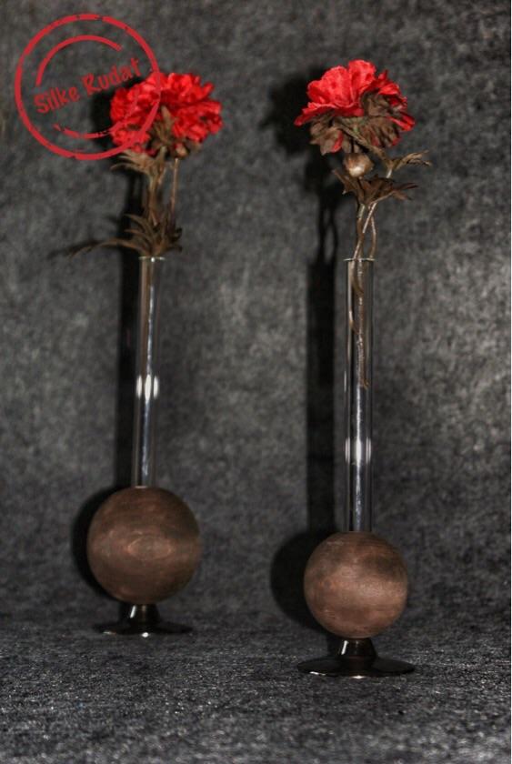 Vasen aus Reagenzgläsern und Holzkugeln