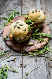 Veggie-Burger mit Süßkartoffel-Couscous-Patties & Kürbiskern-Brötchen