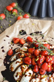 Ziegenkäse-Terrine mit Balsamico-Erdbeeren dazu ofenfrisches Baguette von den [Foodistas]