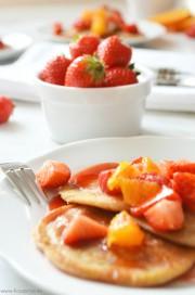 Roggen-Pancakes mit fruchtigem Erdbeer-Orangen-Sirup von den [Foodistas]
