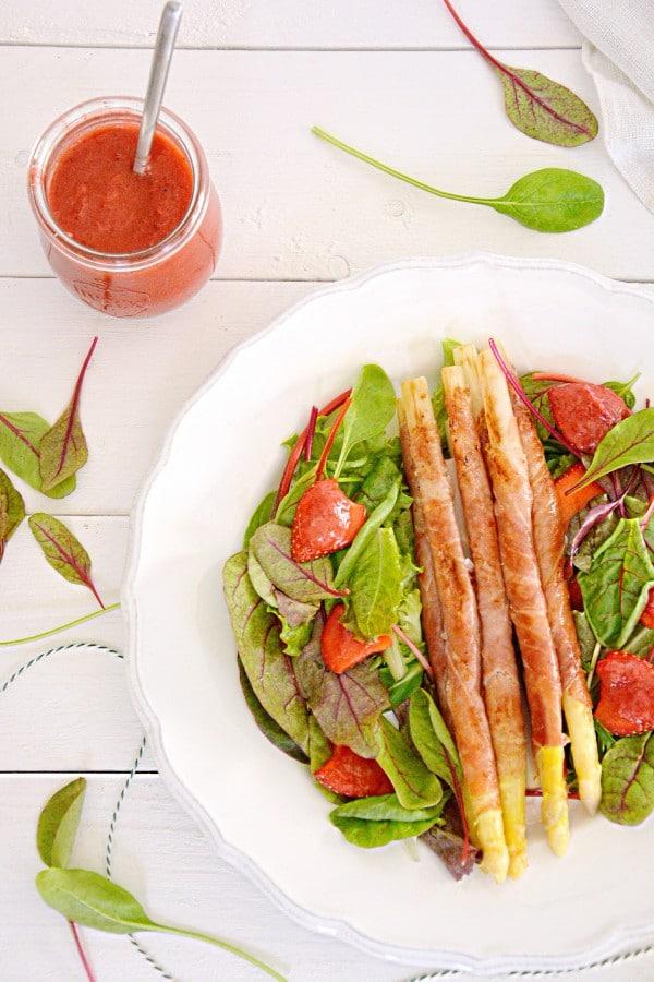 Gebratener Spargel mit Erdbeersalsa und knackigem Salat von den [Foodistas]