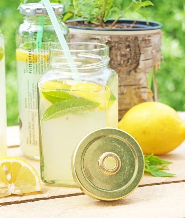 Zitroneneis und Limonade mit Zitronenverbene
