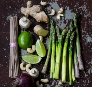 Sobanudeln mit grünem Spargel | Ingwer | Limette | Cashewkernen
