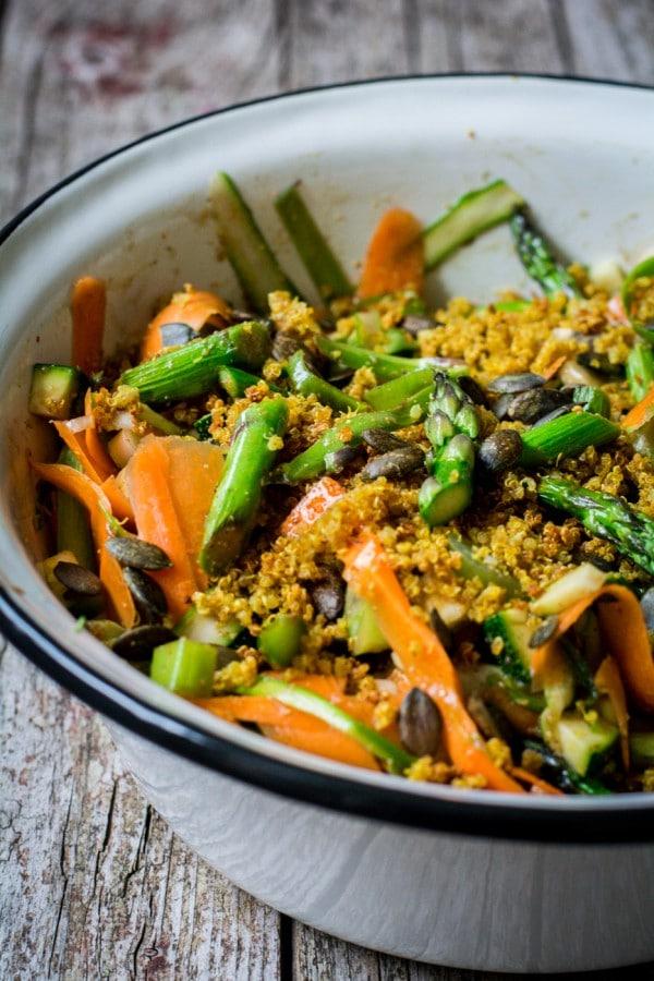 Spargelsalat mit Knusper-Curry-Quinoa aus dem Ofen