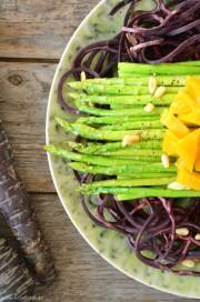Lauwarmer Spargelsalat auf knackigen Möhren und dazu eine Orangenvinaigrette von den [Foodistas]