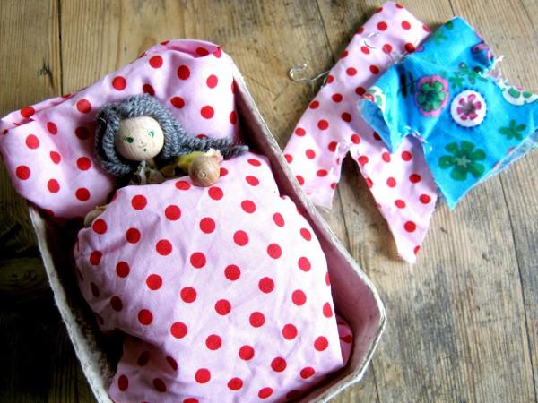 aus Erdbeerschale wird Puppenbett