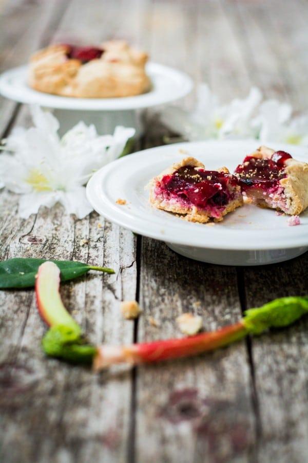 Rhabarbergalette mit roten Beeren und crunchigem Mürbeteig