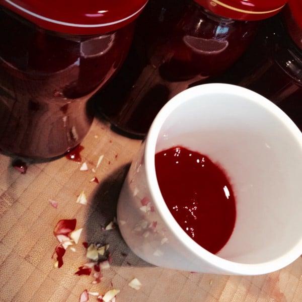Rosen sind rot…Johannisbeeren auch: Johannisbeermarmelade mit Rosenlikör