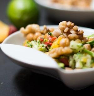 Sommersalat: Brokkolisalat mit gebratenen Kichererbsen und Pfirsichvinaigrette