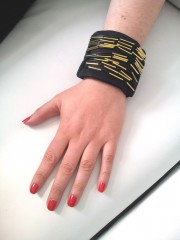 Versteckte Handgelenkstasche mit Perlendeko