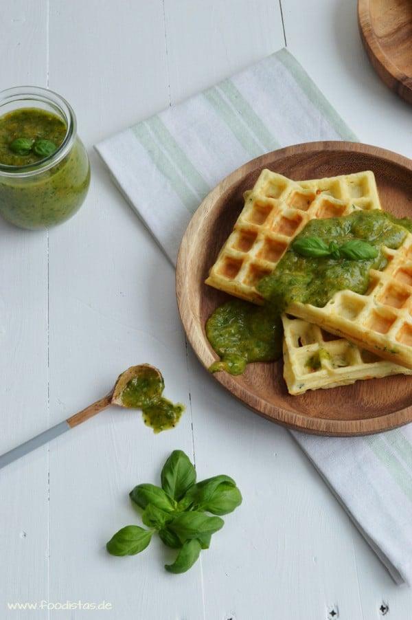 Zucchini-Parmesan Waffeln mit einer Tomaten-Basilikum Marmelade von den [Foodistas]