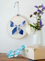 Flatternde Schmetterlinge aus Papier und Draht