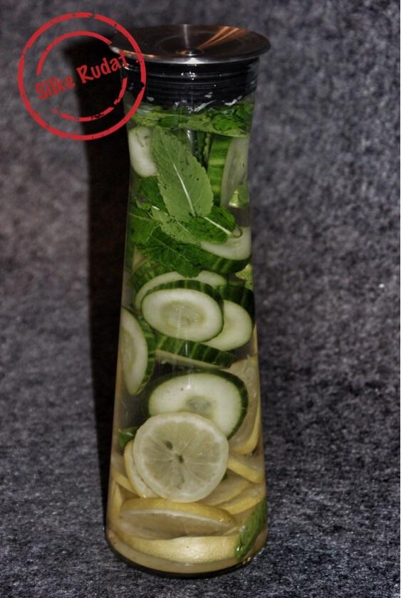 Mit Gurke, Zitrone und Minze aufgepepptes Wasser