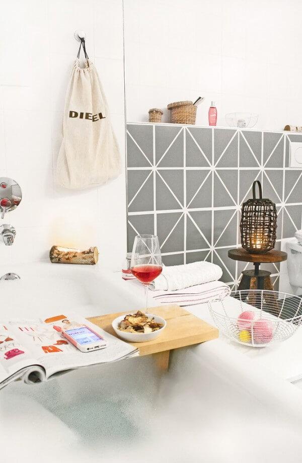 badfliesen mit selbstklebender folie versch nern. Black Bedroom Furniture Sets. Home Design Ideas