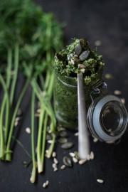Karottenpesto ganz in grün: Mit gerösteten Kernen und Knoblauch