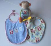 Zwei praktische Babylätzchen zum Wenden
