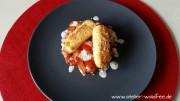 Glutenfreie gebackene Fetasticks auf Tomatensalat mit Frischkäse-Kräuterdressing