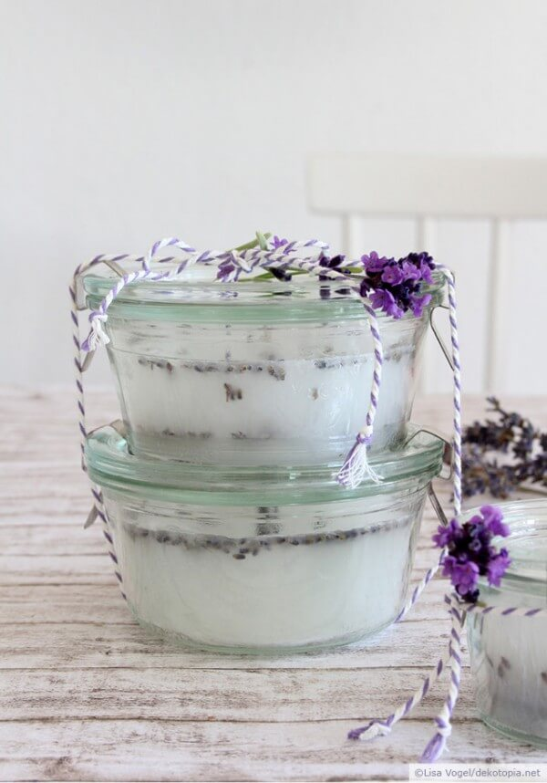 Duftkerze mit Lavendelblüten
