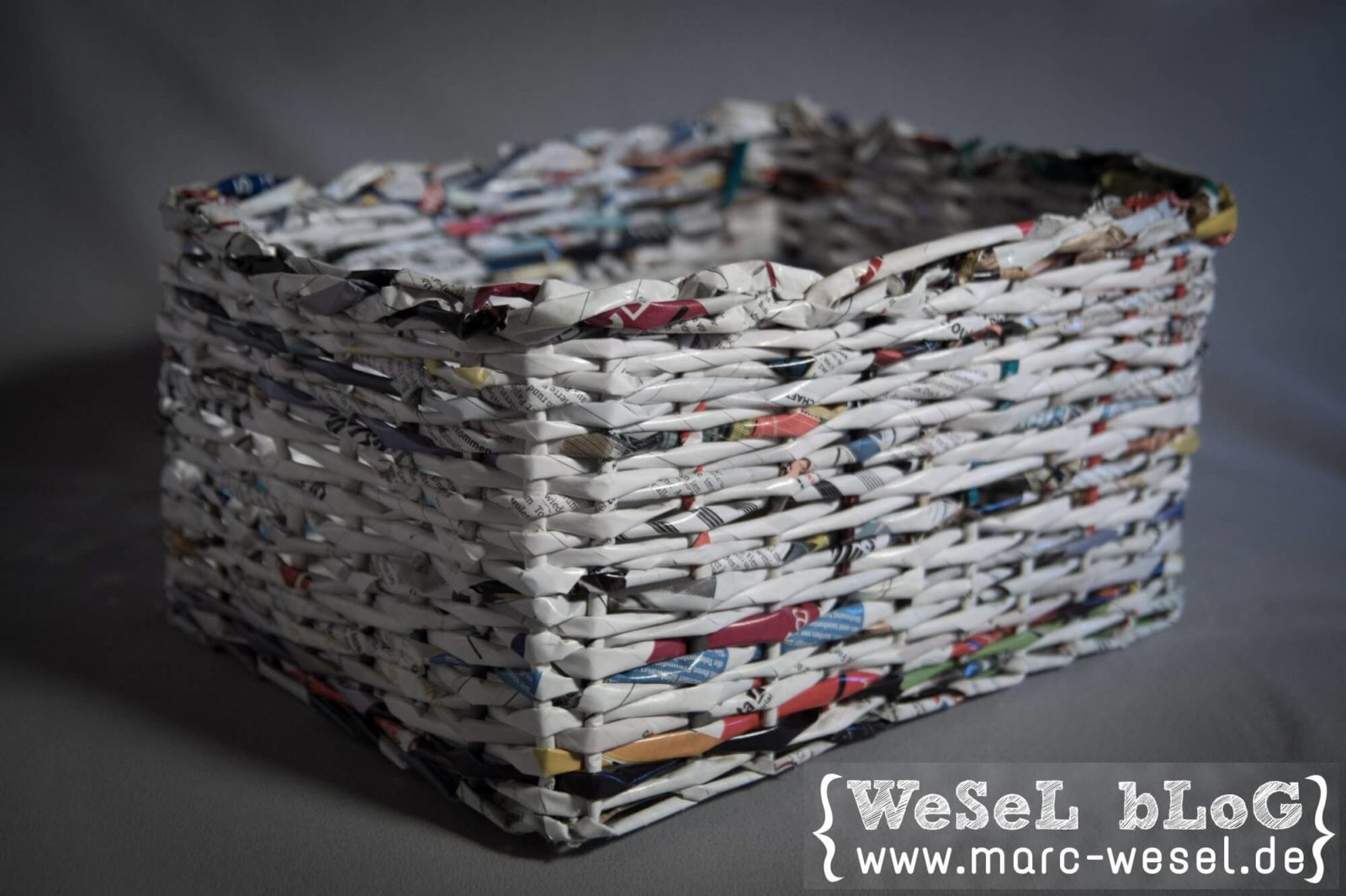 zeitungsst nder korb aus papier upcycling handmade. Black Bedroom Furniture Sets. Home Design Ideas