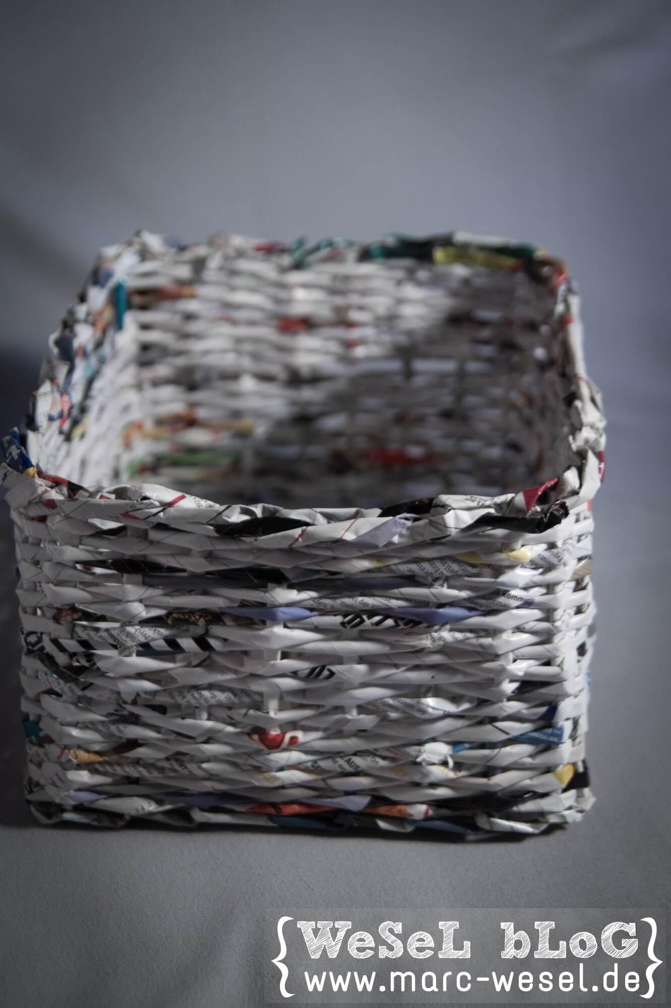 zeitungsst nder korb aus papier upcycling handmade kultur. Black Bedroom Furniture Sets. Home Design Ideas