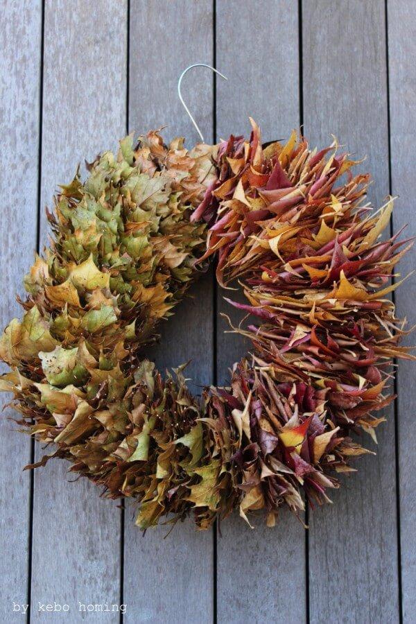 Herbstkranz.... bunte Blätter und ein Metallkleiderbügel ergeben ein Farbenspiel...