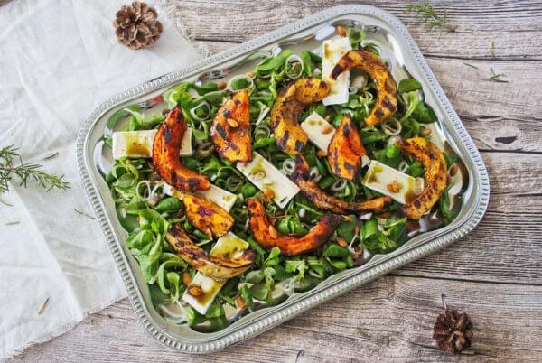 Herbstlicher Salat mit gegrilltem Kürbis