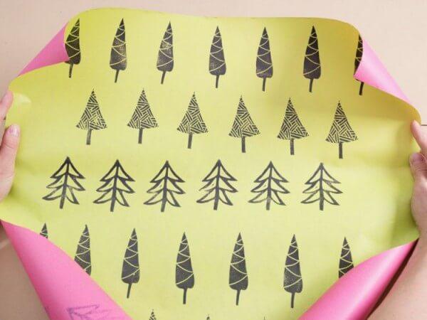 Mit selbstgeschnitztem Stempel weihnachtliches Geschenkpapier bedrucken