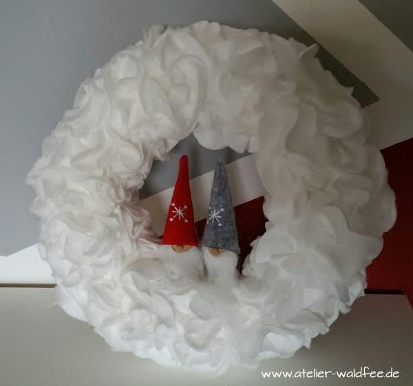 weihnachtskranz aus wattepads handmade kultur. Black Bedroom Furniture Sets. Home Design Ideas