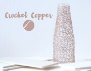 Vasenmantel aus Kupferdraht gehäkelt.