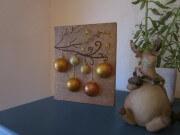 Beleuchtetes Bild mit Weihnachtskugeln auf Holz