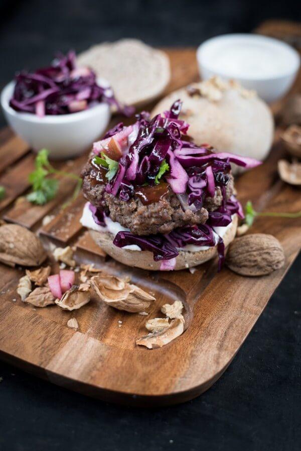 Rotkohl-Burger mit Rindfleisch und Walnuss-Buns