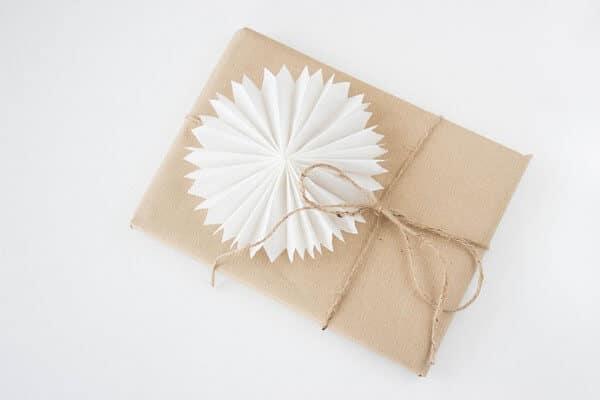 Geschenke mit Papiersternen dekorieren