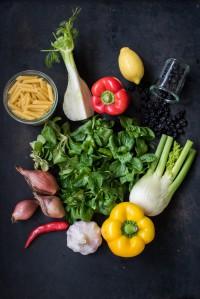 Winterlicher Feldsalat mit gebackenem Fenchel, getrockneten Sauerkirschen und Pasta