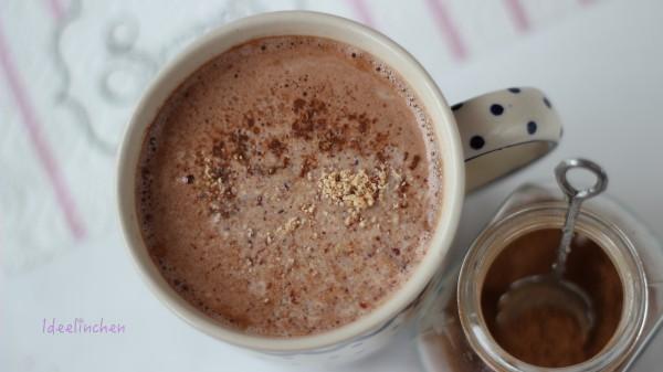Heiße Schokolade mit Zimt und Mandeln
