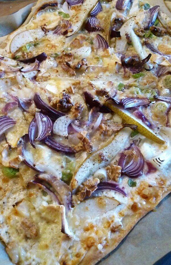 Dinkel-Flammkuchen mit Birne und Parmesan (vegetarisch)