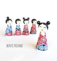 Kokeshi Püppchen mit Webbändern eingekleidet