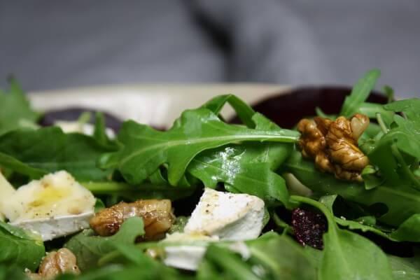 Rote Beete Salat mit Rauke, Brie und Walnüssen